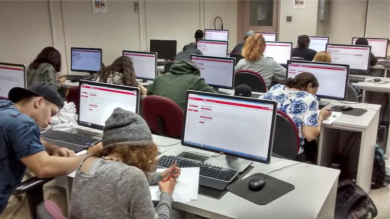 Estudiantes de MATE 3001 trabajando con WebWork